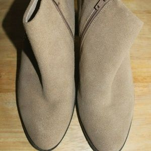 Vionic size 9 womens Orthotic suede Ankle Boots